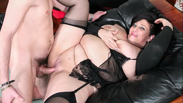 SCAMBISTI MATURI – Italian mature BBW squirts while getting pussy and ass banged